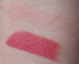 Roze lipstick en blush Essence