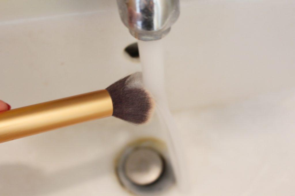 Kwasten wassen met babyshampoo