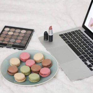 Mijn favoriete dingen in n foto belgianblogger macarons lipstick eyeshadowhellip
