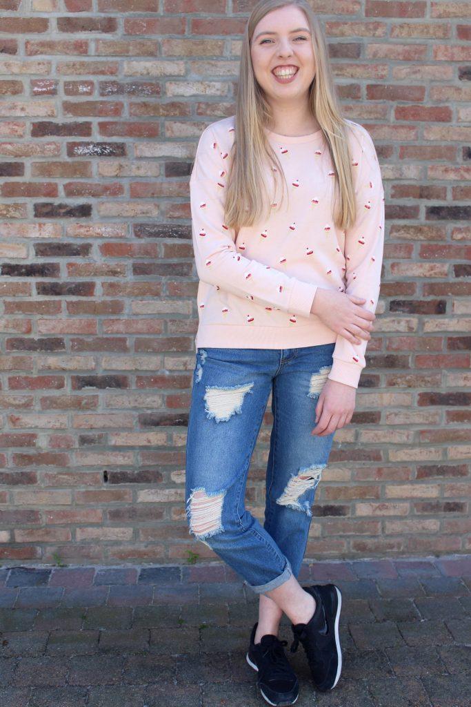 Outfit gescheurde broek en ijsjes trui